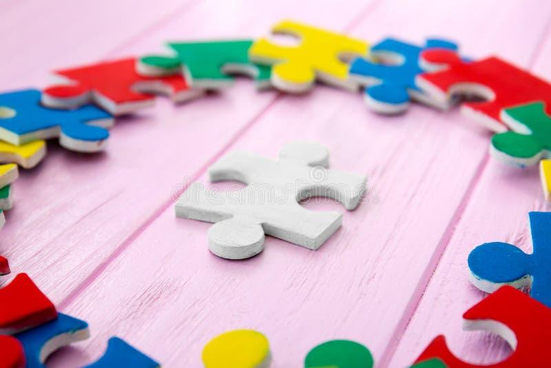 Farbpuzzlespiele auf Hintergrund lizenzfreie stockfotos