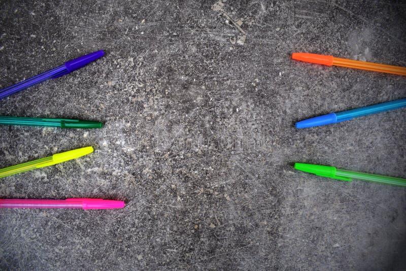 Farbstifte auf dunkelgrauem Hintergrund des Schmutzes stockfotografie