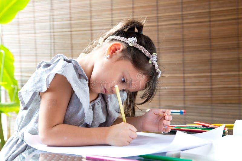 Farbton des jungen Mädchens lizenzfreie stockfotos