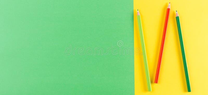 Farbton zeichnet auf grünem und gelbem Pastellhintergrund an lizenzfreie stockfotos