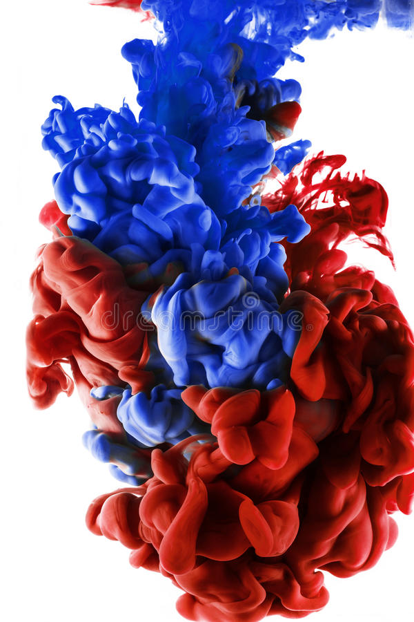 Farbtropfen rote und dunkelblaue Tinte auf weißem Hintergrund lizenzfreie stockfotos