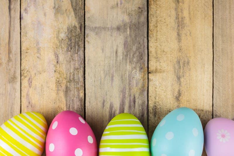 Farbujący Easter jajka na drewnianym tle zdjęcie stock