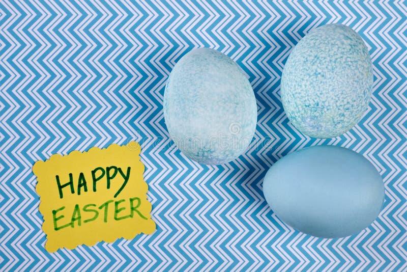 Farbujący jajka na błękitnym suraface obrazy royalty free