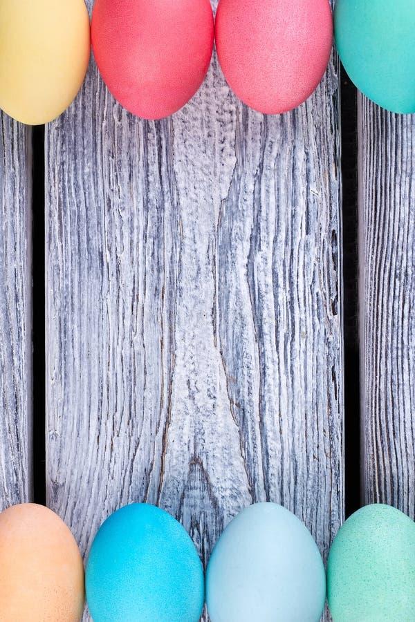 Farbujący jajka na drewnianym tle obrazy royalty free
