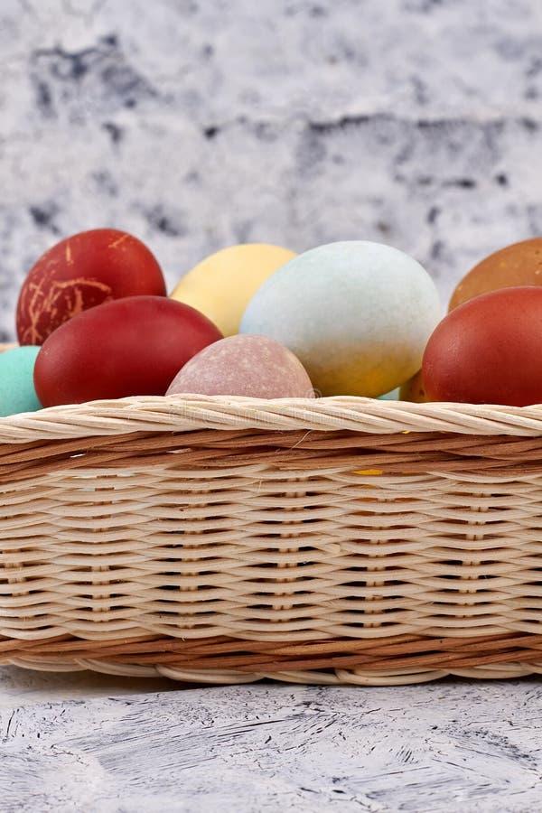 Farbujący jajka w koszu obrazy royalty free