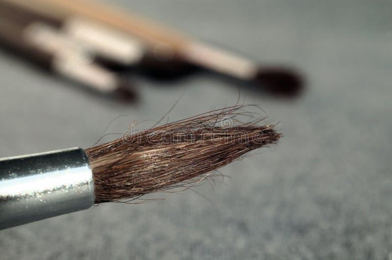 Farby muśnięcie naprzeciw szarego tła obraz stock