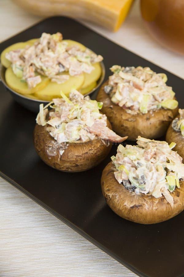Farcichampignons met aardappel stock foto