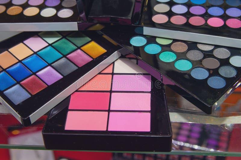 Fard à paupières coloré de palettes de maquillage photos stock
