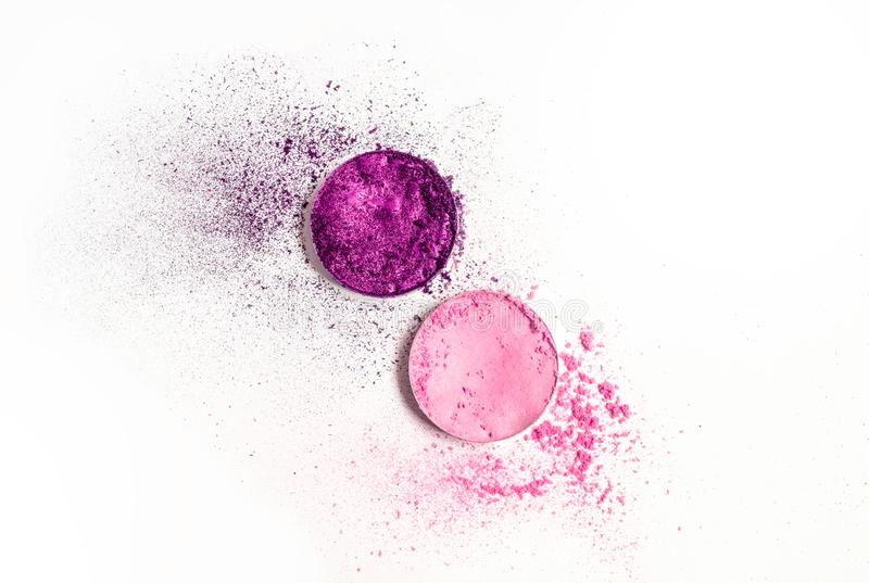 Fard à paupières pourpre de palette ronde et rose écrasé sec comme échantillon de produit cosmétique sur le fond blanc photo libre de droits