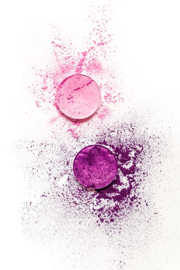 Fard à paupières pourpre de palette ronde et rose écrasé sec comme échantillon de produit cosmétique sur le fond blanc image stock