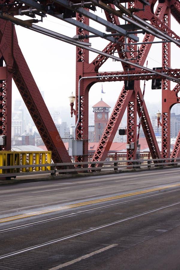 Fardo de ponte vermelha de Broadway do metal e para baixo cidade de Portland sobre imagens de stock
