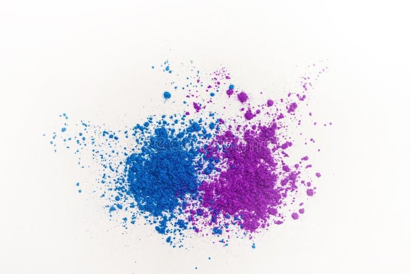Fards à paupières lumineux dans différents tons bleus, dispersés sur un fond blanc image libre de droits