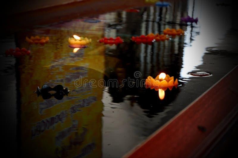 Fare galleggiare le candele è la credenza della gente tailandese immagini stock libere da diritti