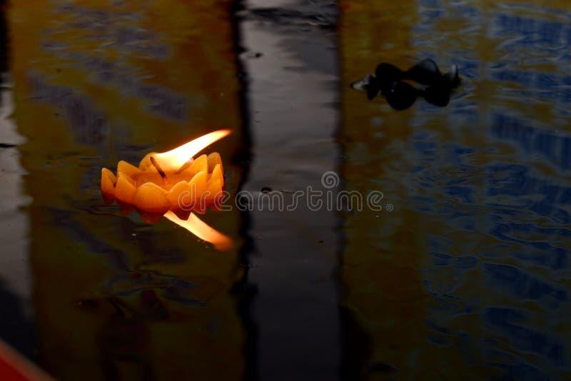 Fare galleggiare le candele ? la credenza della gente tailandese immagini stock