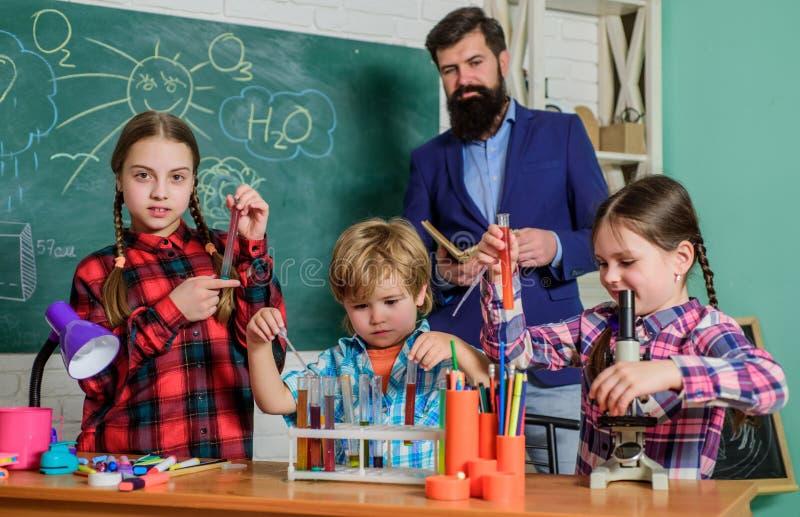 fare gli esperimenti con i liquidi nel laboratorio di chimica Bambini che fanno gli esperimenti di scienza Istruzione Di nuovo al fotografia stock