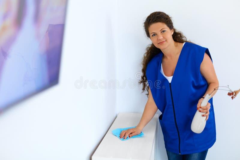 Fare piazza pulita della donna Domestico fotografie stock