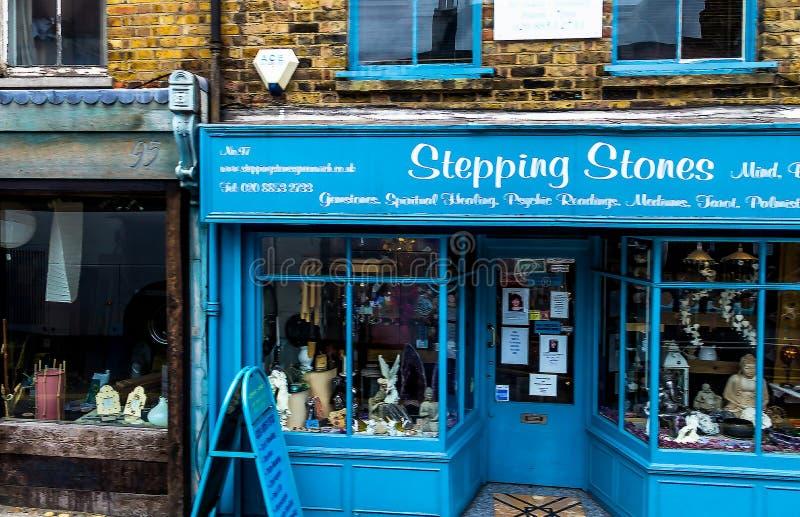 Fare un passo le pietre è uno di più vecchi e negozi di parapsicologo di Londra stabiliti fotografia stock