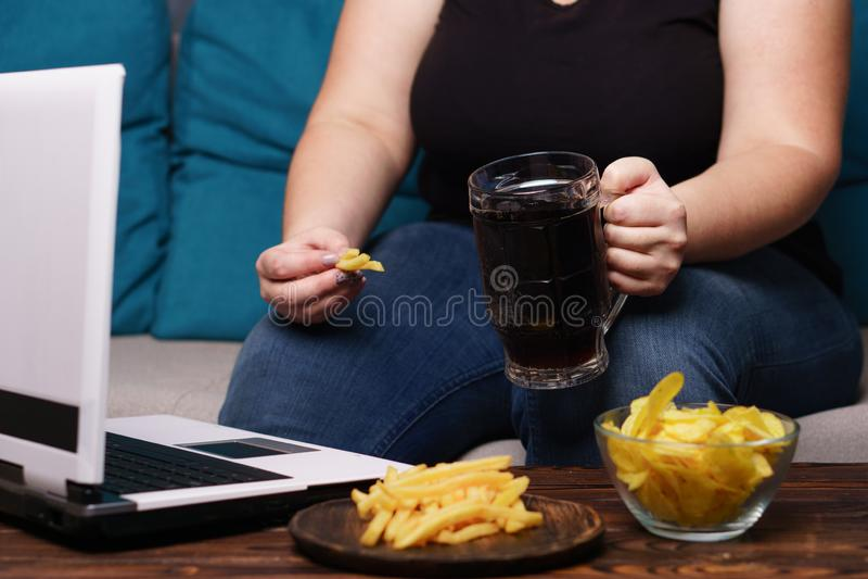 Fare un spuntino irragionevole, mangiante troppo, mancanza di attività fisica fotografie stock libere da diritti