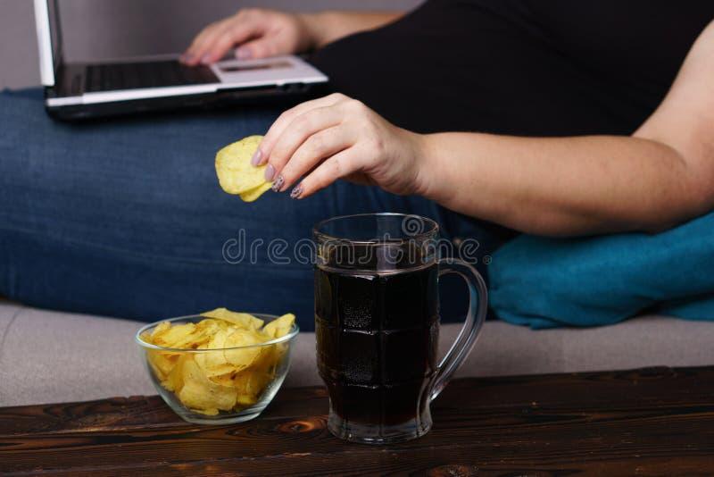 Fare un spuntino irragionevole, mangiante troppo, pigrizia, casalingo immagine stock