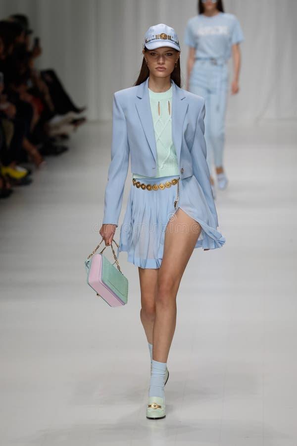 Faretta loopt de baan in Versace toont tijdens Milan Fashion Week Spring /Summer 2018 royalty-vrije stock afbeeldingen