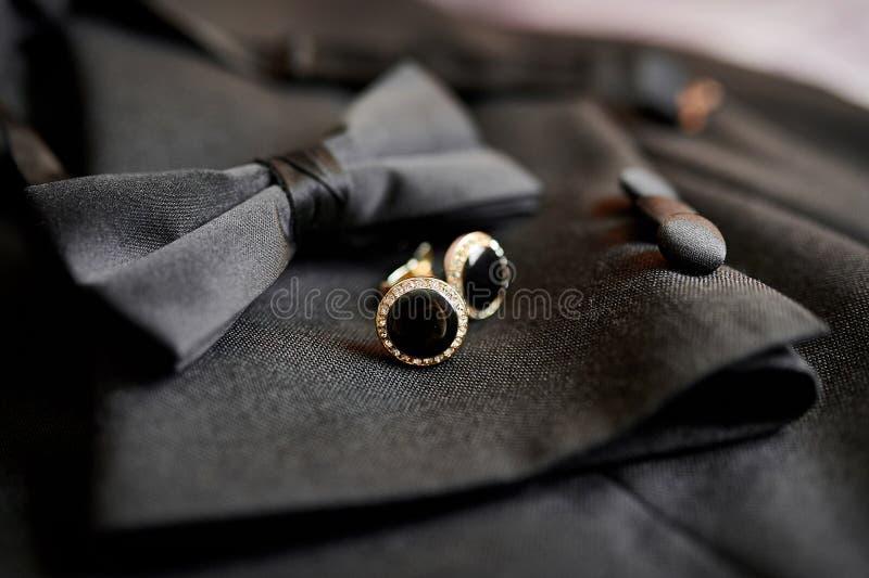 Farfalla e gemelli degli accessori per un vestito classico immagine stock libera da diritti