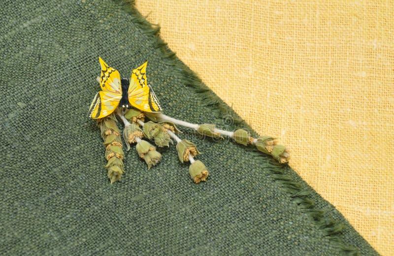 Farfalla gialla artificiale su tela da imballaggio fotografie stock libere da diritti