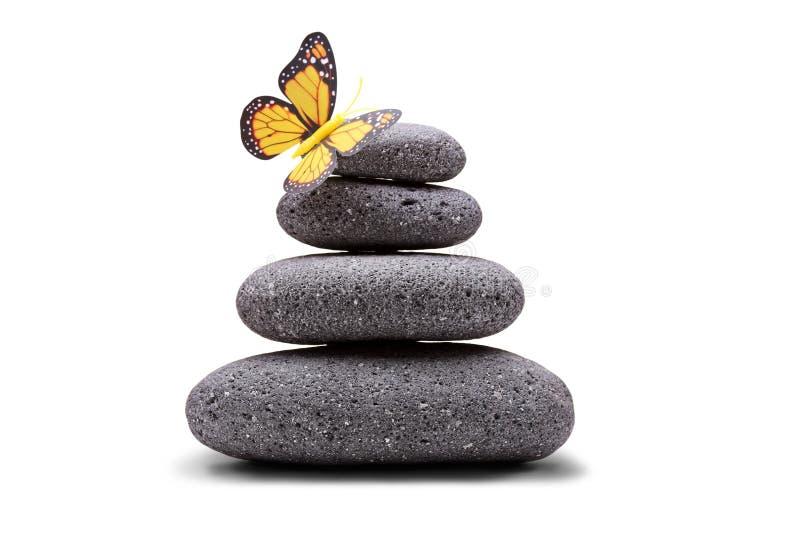 Farfalla su una pila di pietre equilibrate fotografia stock libera da diritti