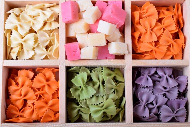 Farfalle de las pastas y cubos multicolores del queso fotos de archivo libres de regalías