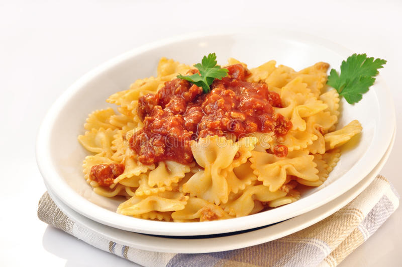 Farfalle italien de pâtes avec la sauce de viande et tomate photo stock