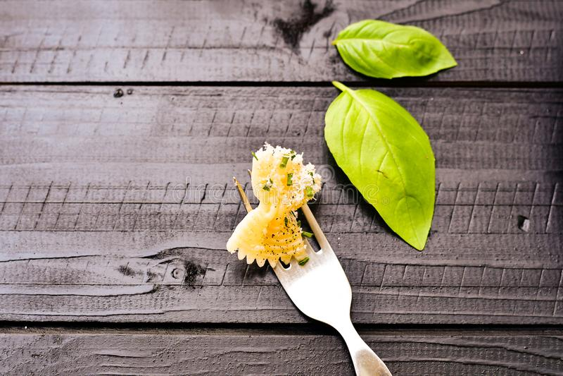 Farfalle pasta på gaffel arkivbild