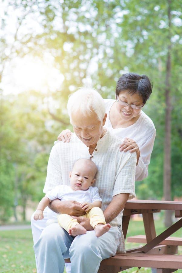 Farfar, farmor och barnbarn arkivfoto