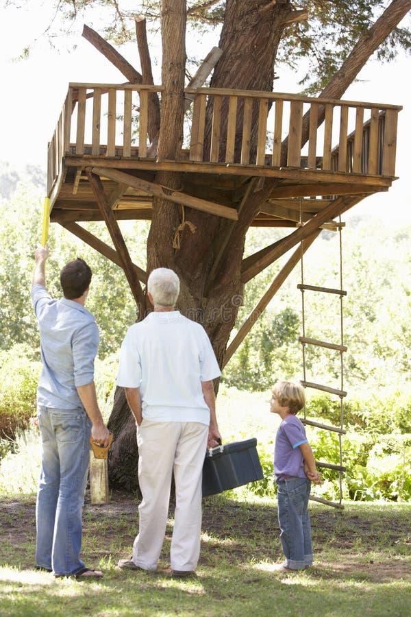 Farfar hus för faderAnd Son Building träd tillsammans arkivbild