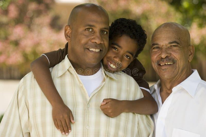 Farfar med hans vuxna son och barnbarn royaltyfri fotografi