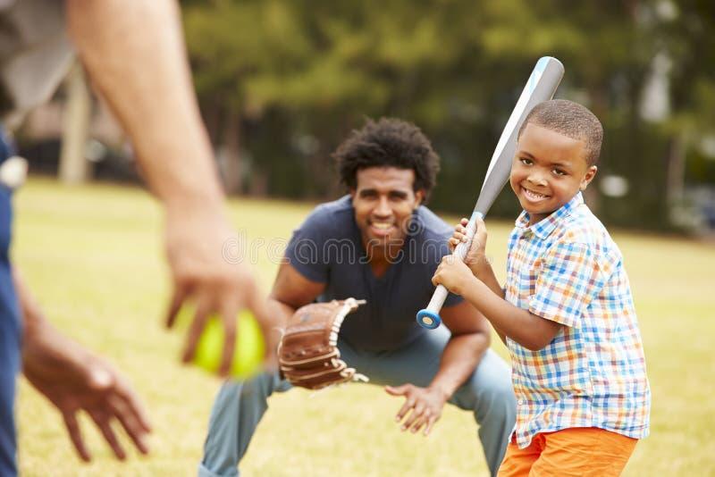 Farfar med sonen och sonsonen som spelar baseball royaltyfri bild