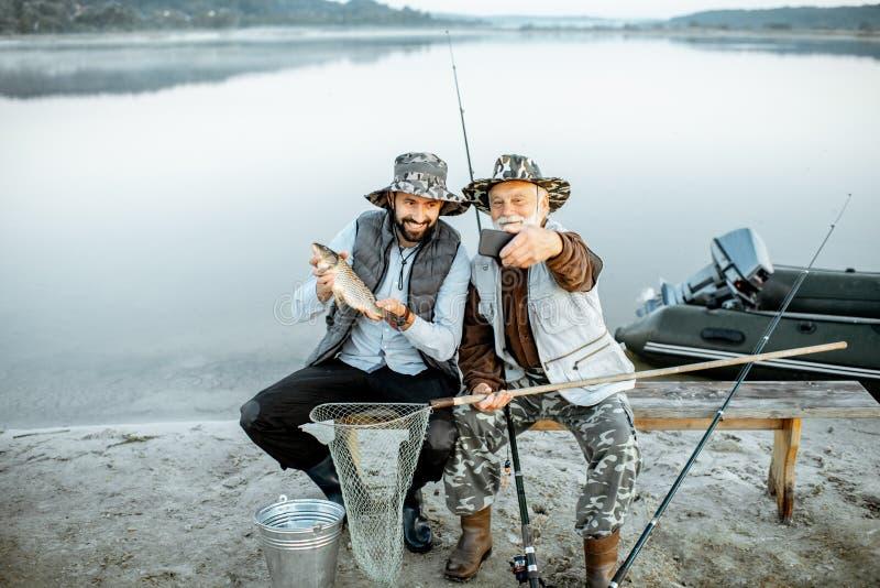 Farfar med sonfiske på sjön royaltyfria bilder