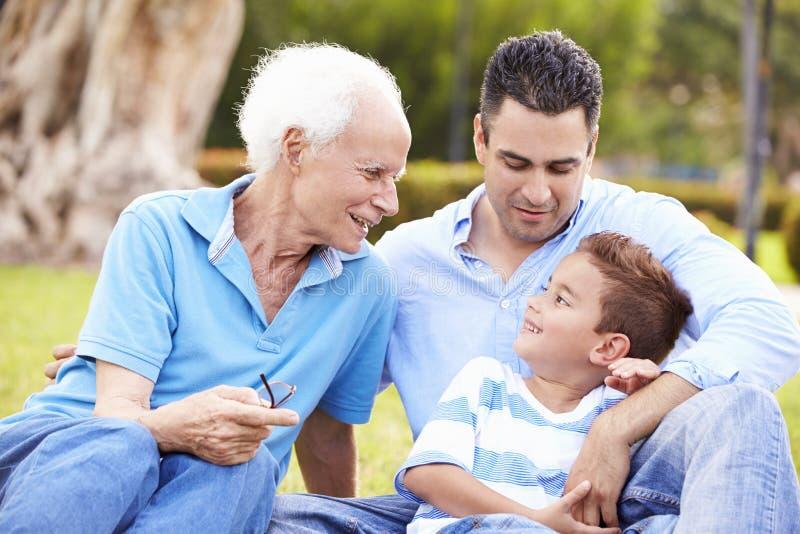 Farfar med sonsonen och fadern In Park arkivbild