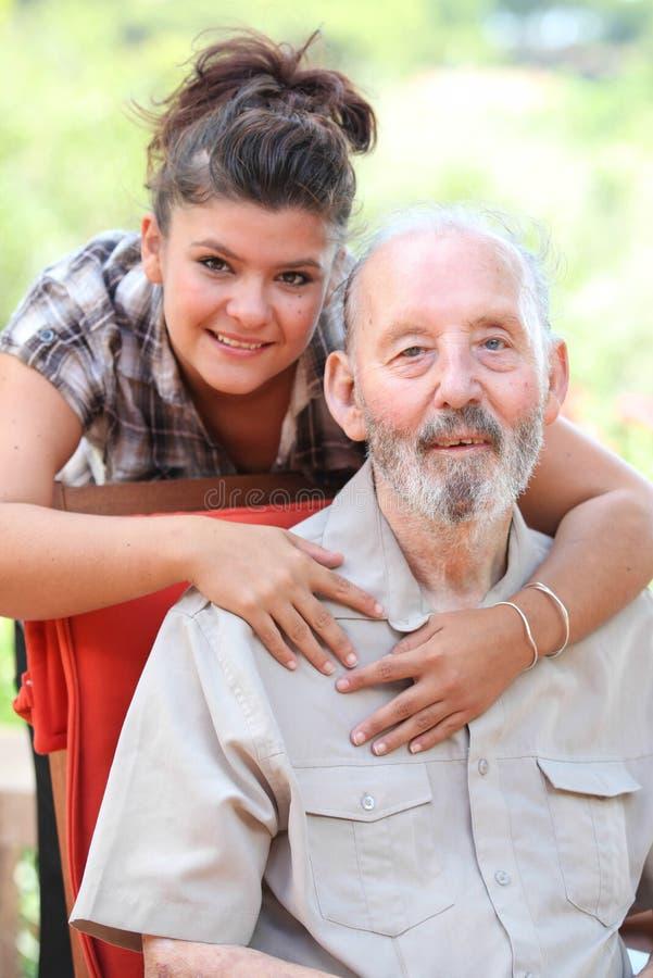 Farfar och granchild, lycklig familj arkivbild