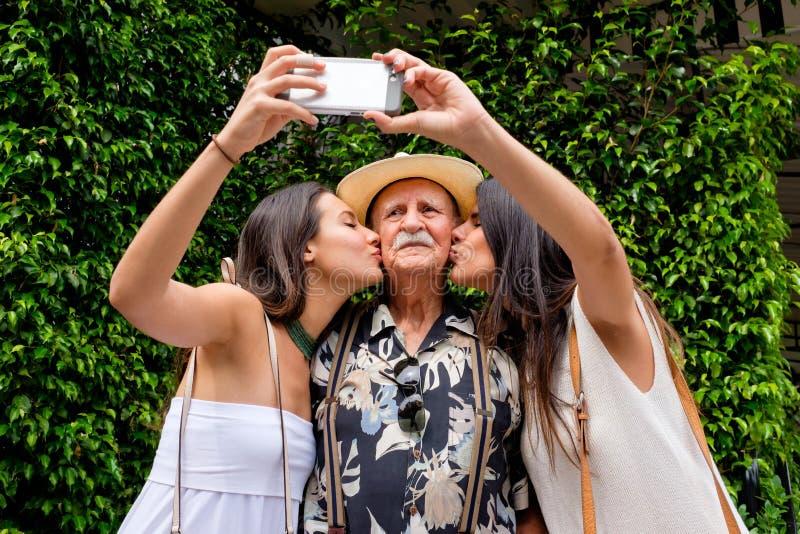 Farfar och sondöttrar arkivfoton
