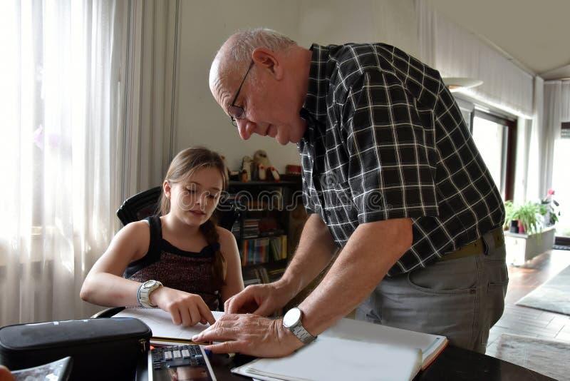 Farfar och sondotter, privat matematikhandledning royaltyfri bild