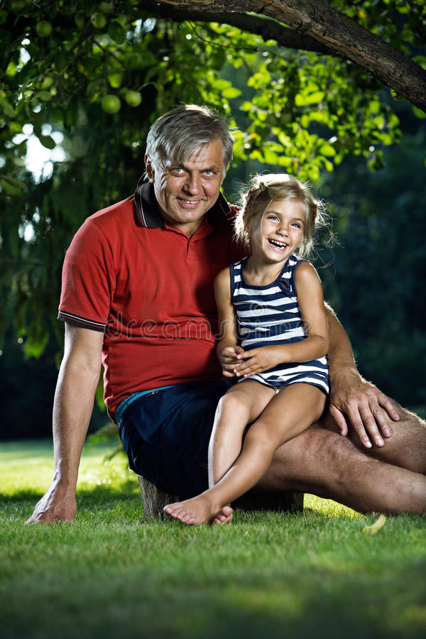 Farfar och sondotter utomhus arkivbilder