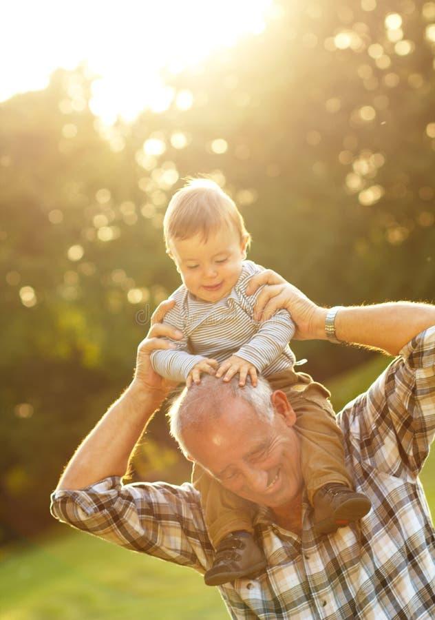 Farfar och sonson royaltyfri fotografi