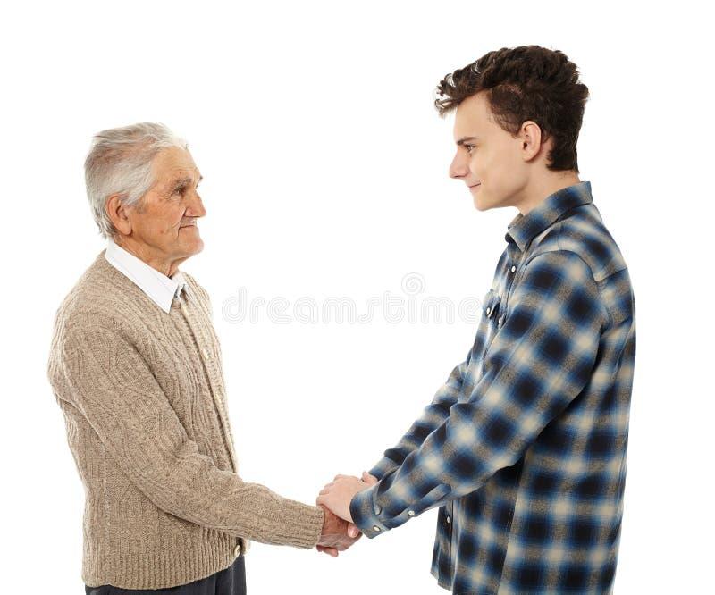 Farfar och sonson som skakar händer royaltyfri bild