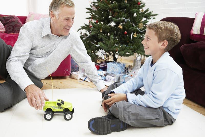 Farfar och sonson som spelar med Toy Car royaltyfria bilder