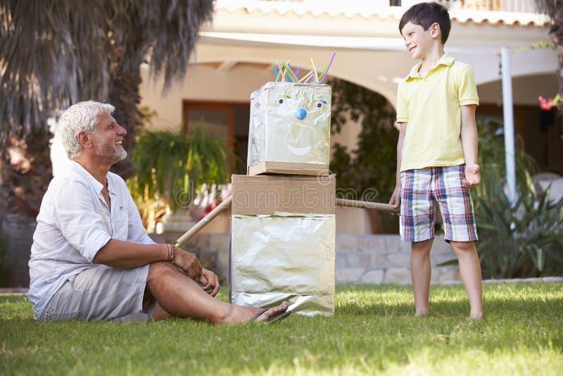 Farfar- och sonsonbyggnadsmodell Robot In Garden royaltyfria bilder