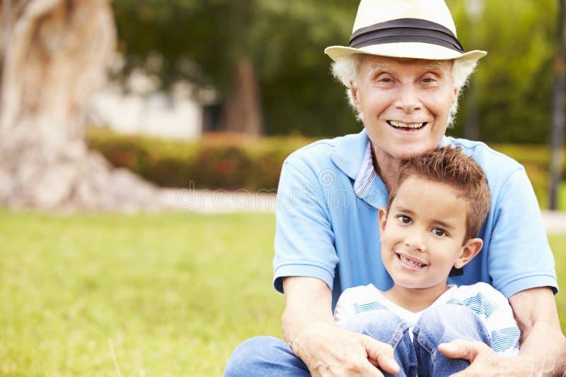 Farfar- och sonsonsammanträde parkerar in tillsammans royaltyfria bilder