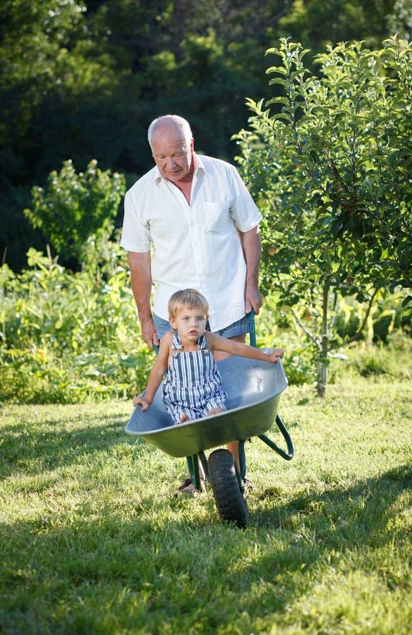 Farfar som ger sonsonen arkivfoton
