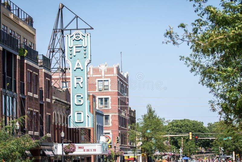 Fargo Theater e broadway que enfrentam o norte imagem de stock