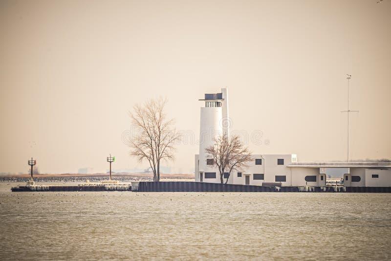 Fari e boe sulla costa vicino a Cleveland Ohio il lago Erie fotografia stock