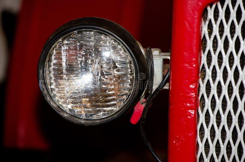 Fari e griglia di radiatore di un'automobile antica immagini stock