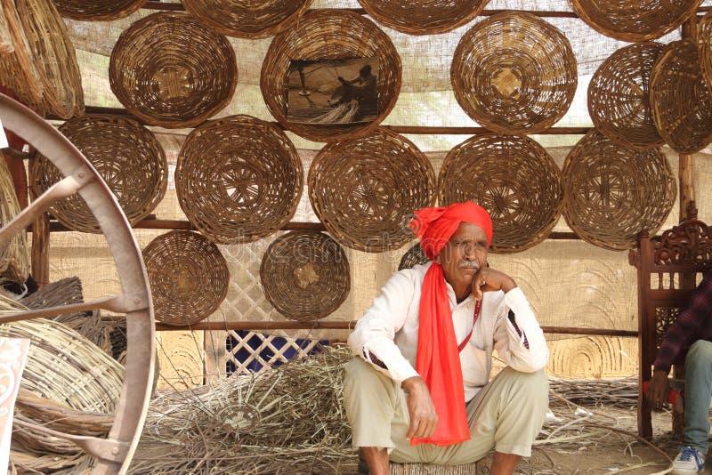 FARIDABAD HARYANA/INDIEN - FEBRUARI 16 2018: Handgjord korg S arkivbild